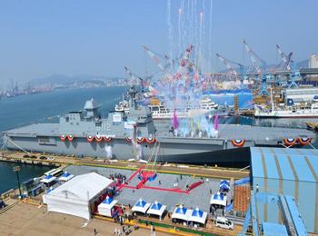 韩海军第二艘万吨级两栖攻击舰下水 2020年正式服役