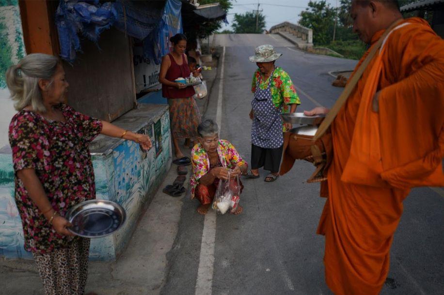 """泰国老年人打扮成""""学生模样""""重返校园 解决社交难题"""