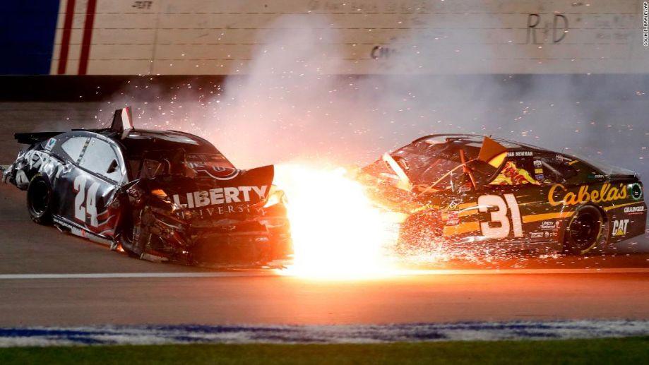 【趣图】赛车不是碰碰车 走得太近果然会擦出小火花