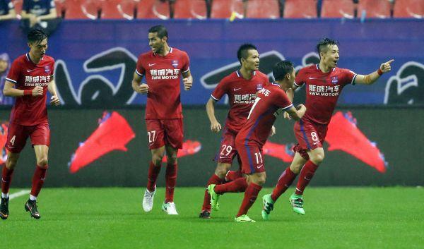 重庆斯威队球员在比赛中庆祝进球。