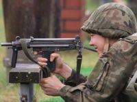 从冲锋枪到火箭筒!看波兰女兵实弹打靶