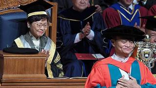 林郑月娥向马云等3人颁授名誉博士学位