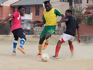 """非洲青少年掉入""""足球俱乐部""""陷阱 踢一场球给150元"""
