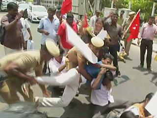 印度警方向示威者开枪 至少过百人死伤