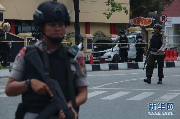 5月16日,在位于印度尼西亚北干巴鲁的廖内省警察局总部,警方人员在袭击现场警戒。 新华社发(哈德利摄)
