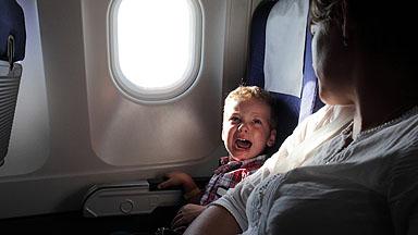 外媒盘点坐飞机时最让人恼火的十种行为,第一名是……