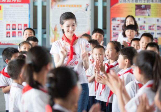 """章泽天为打工子弟小学搭建公益图书角   """"童书乐捐""""计划传递阅读的快乐"""