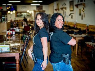 这家餐馆竟允许持枪就餐?