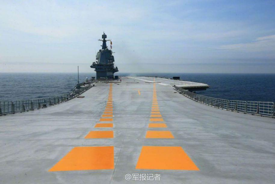 首度同框!辽宁舰与国产航母同现大连