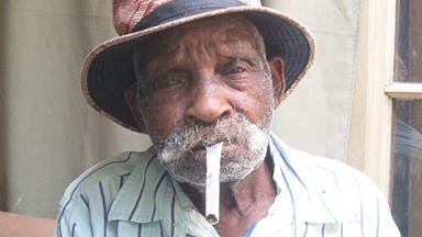 """来自南非的""""世界上最高寿男人""""想戒烟"""