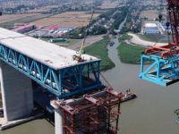 沪通长江大桥首个超千吨大节段钢梁架设成功