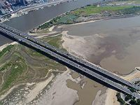 松花江哈尔滨段呈低水位现大面积河床