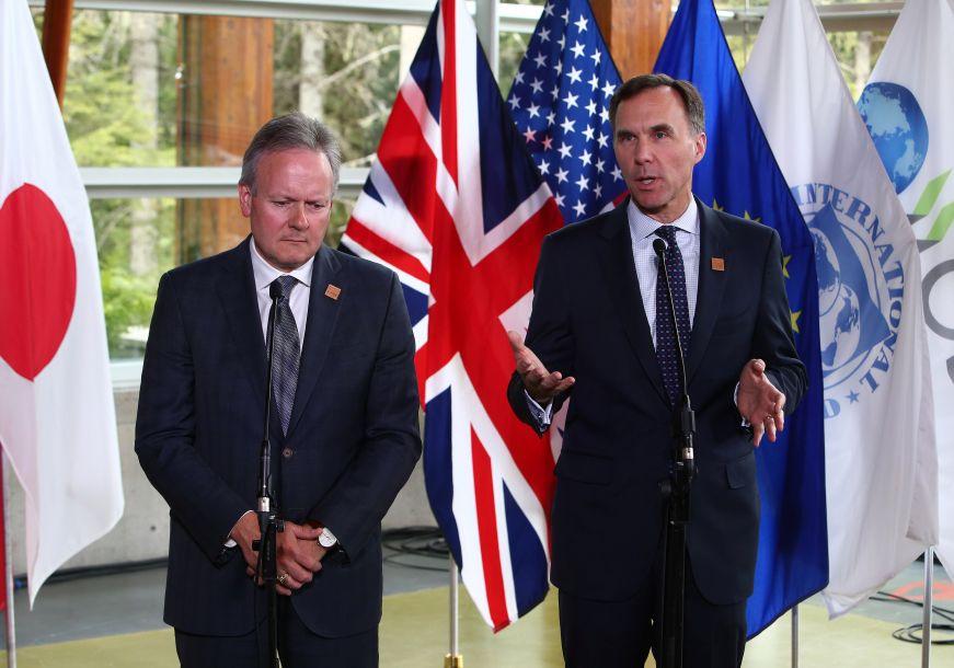"""图为莫诺(右)和波洛兹在会议结束后召开新闻发布会。莫诺评论说,这些关税""""损害了开放的贸易,侵蚀了世界经济的信心""""。加拿大财长波洛兹向美国财长姆努钦表达了渥太华对华盛顿的""""完全的不同意""""。(图片来源:路透社)"""