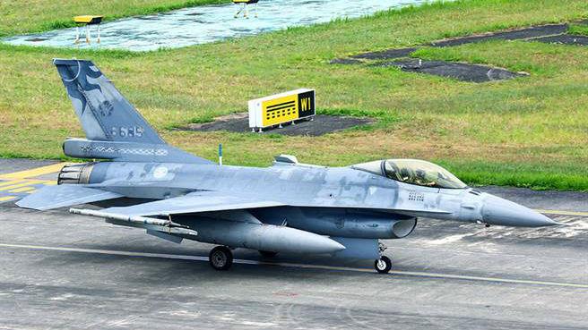 台媒:台军一架F-16坠毁 飞行员已确认遇难