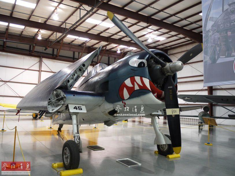 """军迷们在欣赏美海军战机图片的时候,经常会发现在战机的机头位置有鲨鱼嘴、鹰嘴或兽嘴等""""兽头""""图案,实际这一传统早在二战时就已出现,最初只是飞行员和地勤们出于自娱自乐或威慑敌机的需要,后来逐渐演变为一种文化,一直延续至今。图为二战时期的美海军F6F3""""地狱猫""""战机采用的恶鬼机头涂鸦,很有视觉冲击力。47"""