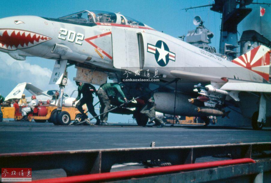 """到了20世纪60年代,""""兽头""""涂鸦逐渐趋于标准化,例如图中这架隶属于VF-111""""落日者""""中队的F-4B战机。"""