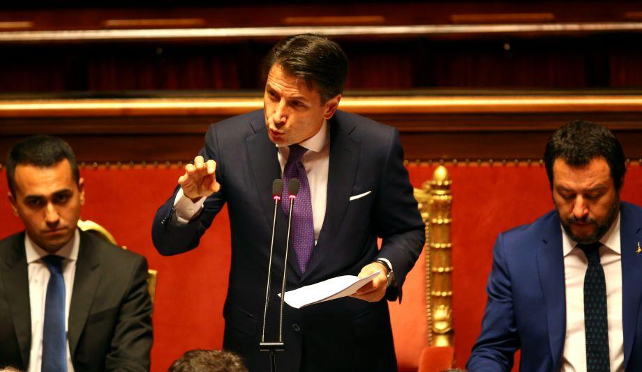据法新社6月5日报道,意大利新组建的民粹主义政府总理孔特5日在向议员发表就职后的首次政策演说时,誓言将重新在欧盟内分配移民,并评估欧盟对俄罗斯的制裁。图为意大利新总理孔特5日在议会发表首次政策演说。(图片来源:路透社)44