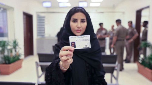 外媒关注首批沙特女司机获得驾照 三周后可正式驾车出行