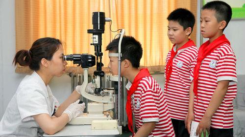 中国青少年视力不佳怎么办?美媒:让孩子多到户外去玩