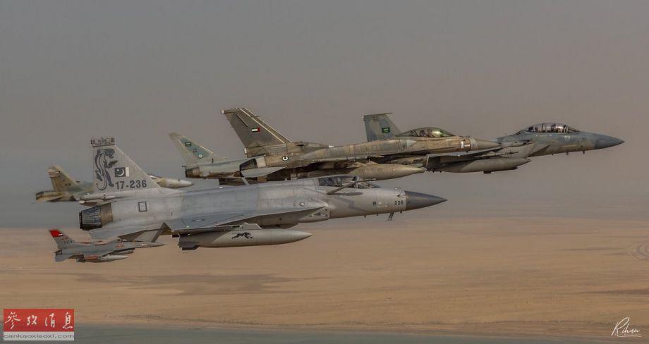"""近日,多张巴基斯坦空军JF-17""""雷电""""(即""""枭龙""""出口型)战斗机参加""""海湾盾牌2018""""多国联合空军演习的照片曝光。图中可见巴军JF-17与阿联酋F-16E""""沙漠隼""""、沙特F-15SA、科威特F/A-18C等战机编队飞行。29"""