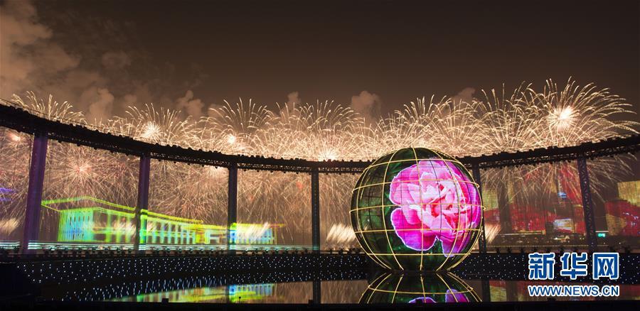 有朋自远方来:灯光焰火艺术表演在青岛举行