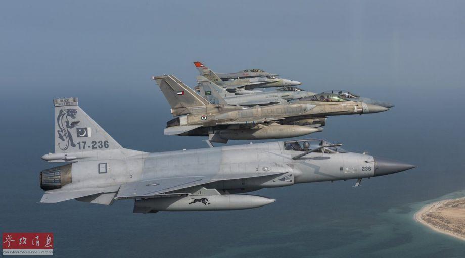 """图中从近至远的战机依次为JF-17""""雷电""""、F-16E""""沙漠隼""""、F-15SA""""鹰""""、""""台风""""、F/A-18C""""大黄蜂""""与F-16D。"""