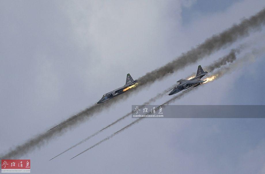 6月9日,针对美国为首的北约17国军队在黑海地区举行的联合军演,俄军在克里米亚地区举行了规模空前的抗登陆演习,期间出动了超过百架的各型战机。图为苏-25SM攻击机齐射火箭弹。26