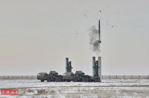 资料图:S-400系统发射48H6E远程防空导弹。