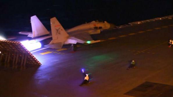 """美媒关注中国飞行员驾驭""""夜间陷阱"""":发挥航母最大威力"""