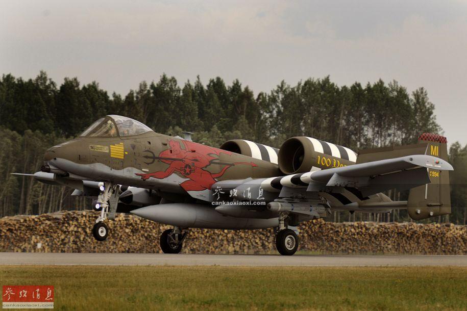 6月7日,隶属于美空军第107战斗机中队的A-10C攻击机在俄罗斯的邻国——爱沙尼亚境内的一座废弃机场进行野战起降演练,针对俄军挑衅意味十足,本图集就此解读。图为第107中队的A-10C在废弃机场着陆。14