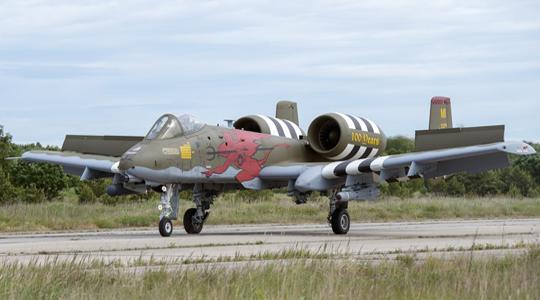 废弃跑道起降!美A-10在俄家门口练实战