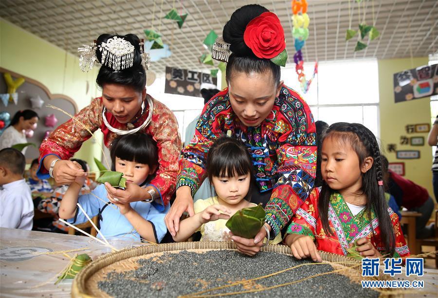 中外友人话端午:中国学生向外国留学生赠送香囊