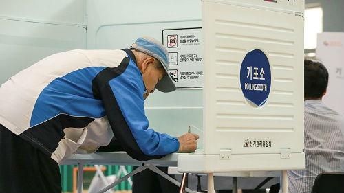 韩媒:韩国举行文在寅任内首次全国选举 执政党有望大胜