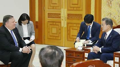 文在寅接见蓬佩奥大赞朝美首脑会谈:令韩美日摆脱战争威胁