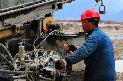 川藏铁路拉萨到林芝段定测工作进入收尾阶段。图为中国中铁二院工程集团有限责任公司的工作人员在林芝县布久乡进行定测工作。新华社
