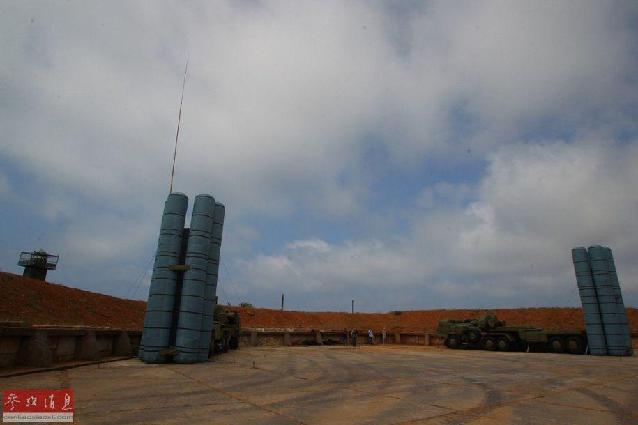 """由2辆S-400导弹发射车诱饵组成的伪装""""导弹阵地""""。"""