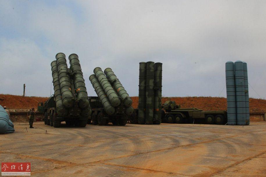 近日,驻克里米亚俄军防空部队公布的最新训练照片中,难得出现了1比1的S-400充气伪装模型。这种伪装模型的细节十分到位,只有走近观看才能分辨真假,可以有效欺骗敌军的空中(或卫星)侦察。图为与S-400防空导弹发射车(左)一同停放的充气伪装诱饵(最右)。8