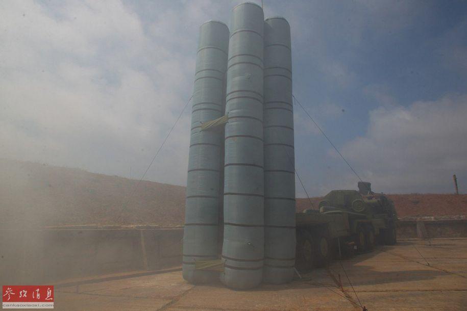 S-400导弹发射车充气伪装诱饵近景。
