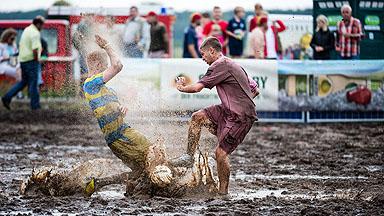 泥里踢球、冰上踢球……来看看全球各地另类足球场