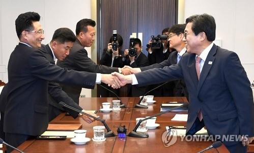 """据韩联社6月18日报道,韩朝体育会谈18日在板门店韩方一侧的""""和平之家""""举行。双方商定7月4日左右在平壤举行以统一为主题的篮球赛,秋天在首尔举行比赛。这将是韩朝时隔15年第四次举办统一篮球赛。另外,韩朝还将在雅加达亚运会开闭幕式上共举韩半岛旗一同入场,并联合组队参加部分项目。(图片来源:韩联社)20"""