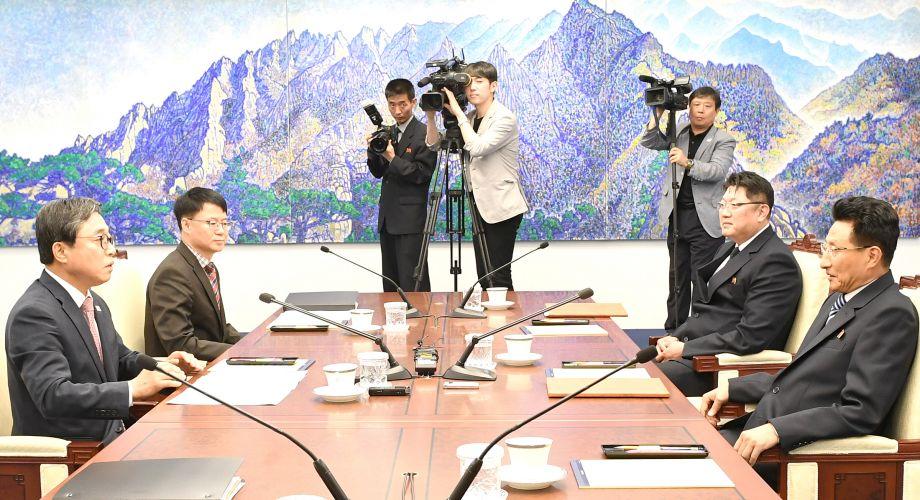 """6月18日,板门店,6月18日上午,在韩朝边境板门店韩方一侧的""""和平之家"""",韩朝举行体育会谈。(图片来源:视觉中国)"""