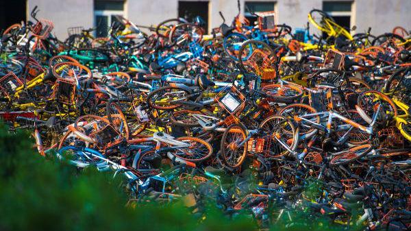 """日媒看中国""""共享单车坟场"""":激烈竞争致单车过剩"""