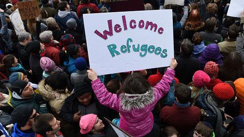 """""""枕边人""""反对也没用!特朗普誓言不让美国沦为""""移民营"""""""