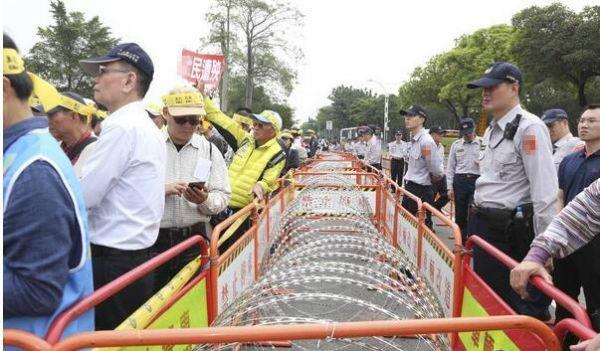 台湾通过军人年金改革方案 国民党团体抗议