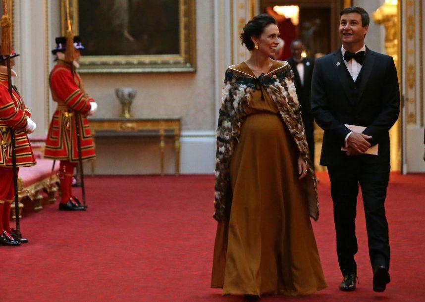 """新西兰80后女总理喜得千金 晒与男友和女儿""""全家福"""""""