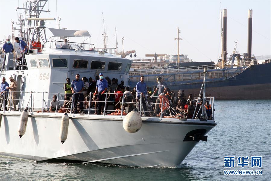 利比亚海军在西部海域救起301名非法移民
