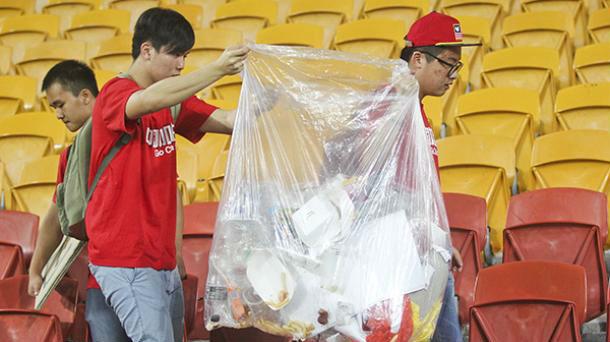 日本球迷清理垃圾就是高素质?那中国球迷收垃圾为何没人夸