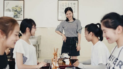 美媒关注镇江一院校开设女性课程:教女性如何更完美