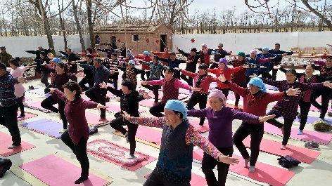 """美媒关注""""中国瑜伽第一村"""":村民集体参加瑜伽比赛"""