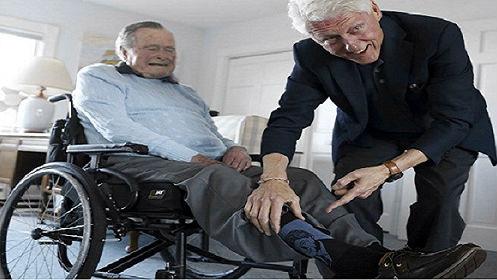 """西媒:老布什晒与克林顿合照 袜子上的""""克林顿""""亮了"""